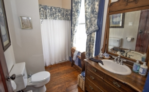 Magnolia Manor Carriage House Bath